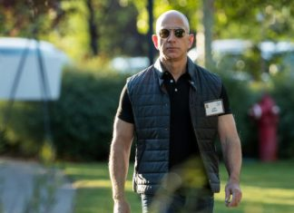 """Report: Bezos-hired sleuth thinks sexts taken by """"federal government entity"""""""