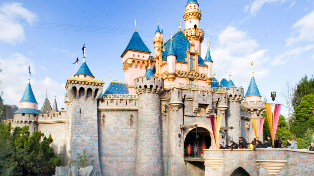 A Guide to Checking Out (and Making It Through) Disneyland With a Young Child