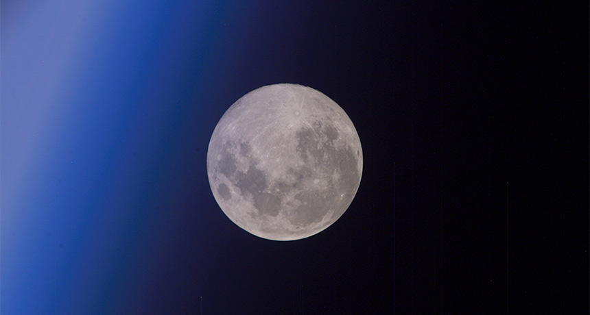 Meteor showers collect water on the moon