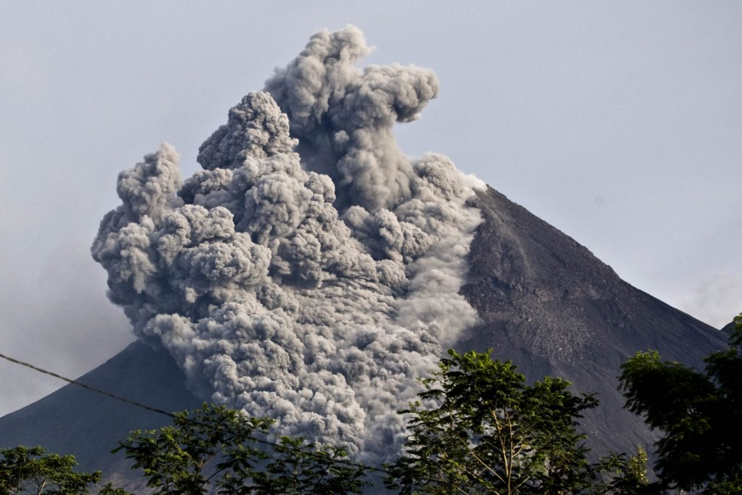 Big Ash Cloud Blasts Out of Indonesian Volcano