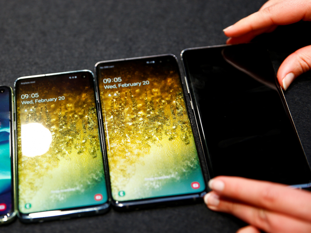 How to keep your Samsung Galaxy S10's screen on all the time, or whenever you're taking a look at it