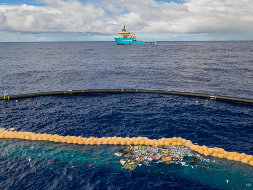 The huge plastic-cleaning gadget created by a 25- year-old is lastly capturing garbage in the Great Pacific Trash Spot